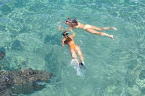 Έρευνα-Τα αντηλιακά απελευθερώνουν μέταλλα μέσα στο θαλασσινό νερό