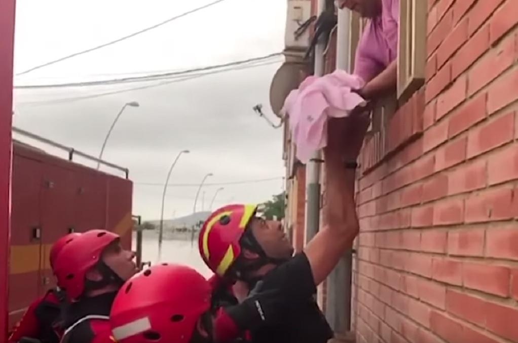Συγκλονιστική διάσωση ενός βρέφους και τριών παιδιών στην πλημμυρισμένη Ισπανία (VIDEO)