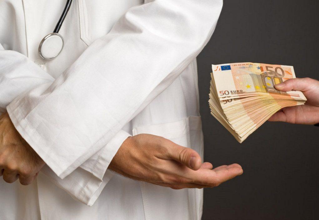 Συνελήφθη γιατρός δημόσιου νοσοκομείου για «φακελάκι»