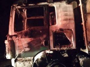 Φορτηγό παραδόθηκε στις φλόγες στην Κασσάνδρα (ΦΩΤΟ)
