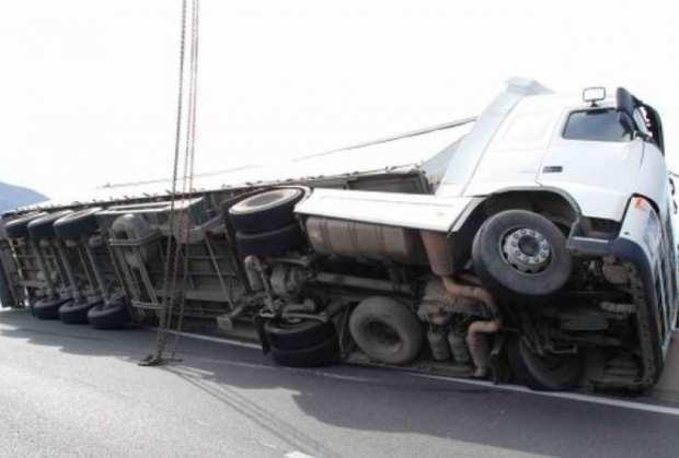 Εκτροπή φορτηγού στη Μακρυγιάννη- Κλειστός ο δρόμος