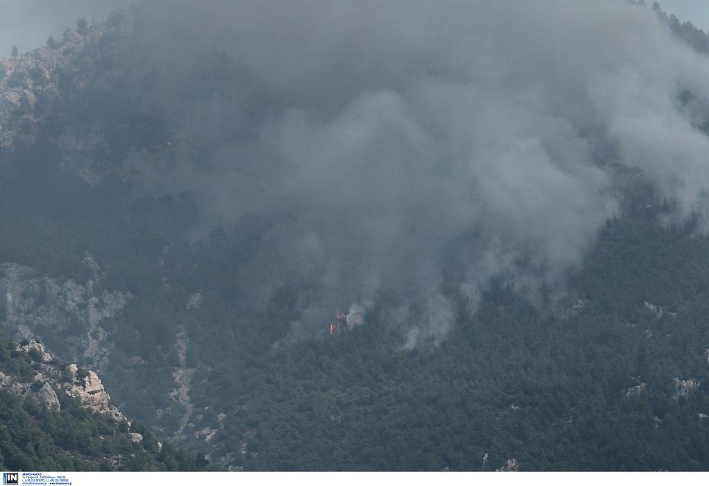 Φωτιά στο Λουτράκι: Διακοπή κυκλοφορίας – Σε ποια σημεία