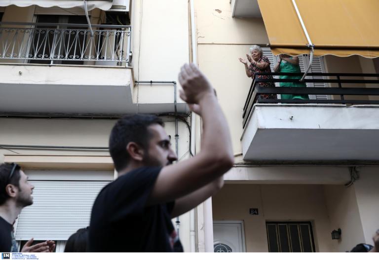 Γιαγιά χειροκροτά τους διαδηλωτές στην πορεία για τον Παύλο Φύσσα (VIDEO)