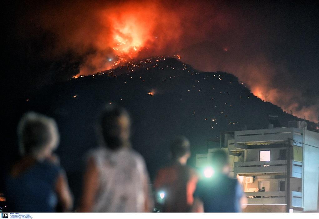 Φωτιά στο Λουτράκι – Συνεχίζεται η μάχη με τις φλόγες