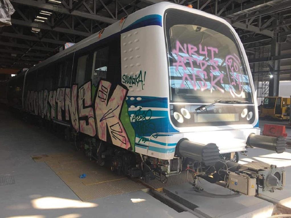 Θεσσαλονίκη – «Φεύγουν» τα γκράφιτι από τα βαγόνια του Μετρό