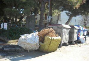 Μπαούλα, καναπέδες και ντουλάπες «πνίγουν» περιοχές του δήμου Θερμαϊκού