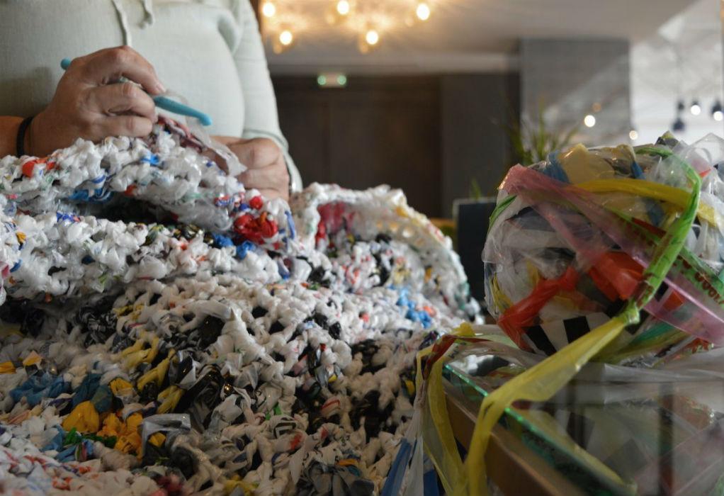Θεσσαλονικιά πλέκει σακούλες και δημιουργεί στρώματα για τους άστεγους