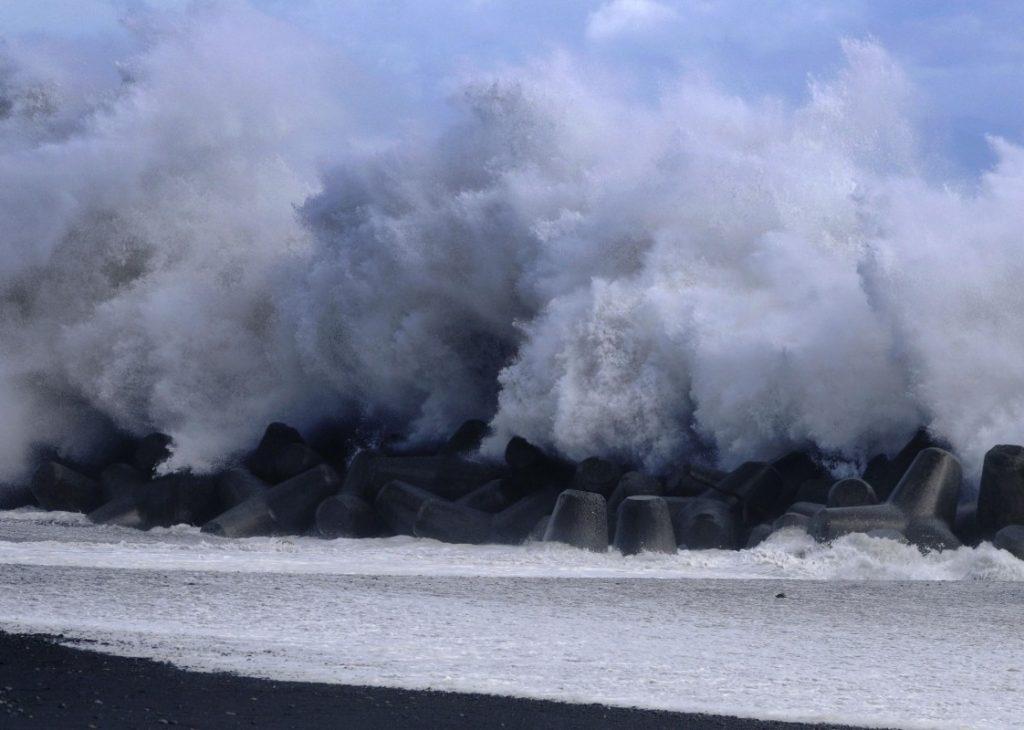 Ισχυρός τυφώνας έπληξε το Τόκιο, προκαλώντας τεράστια προβλήματα (VIDEO)