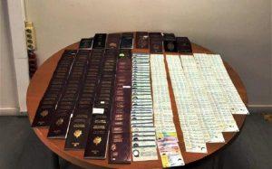 Συνελήφθη για παράνομη κατοχή 401 διαβατηρίων και ταυτοτήτων