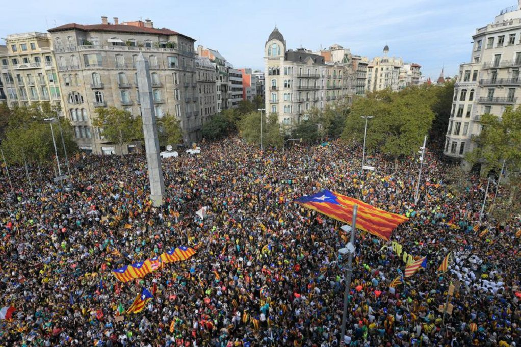 Βαρκελώνη: Συγκρούσεις διαδηλωτών-αστυνομίας – Πάνω από 500.000 άνθρωποι στους δρόμους