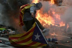 Βαρκελώνη: Συμπλοκές μεταξύ αστυνομίας και διαδηλωτών (VIDEO)