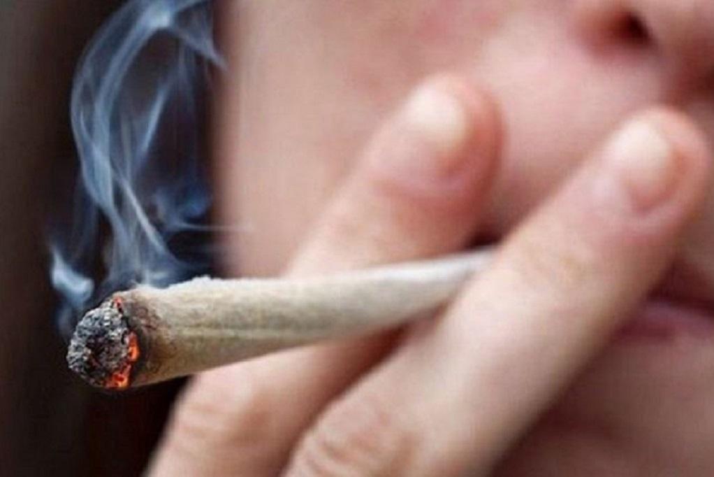Χειροπέδες σε πέντε ανήλικους που κάπνιζαν χασίς σε σχολείο