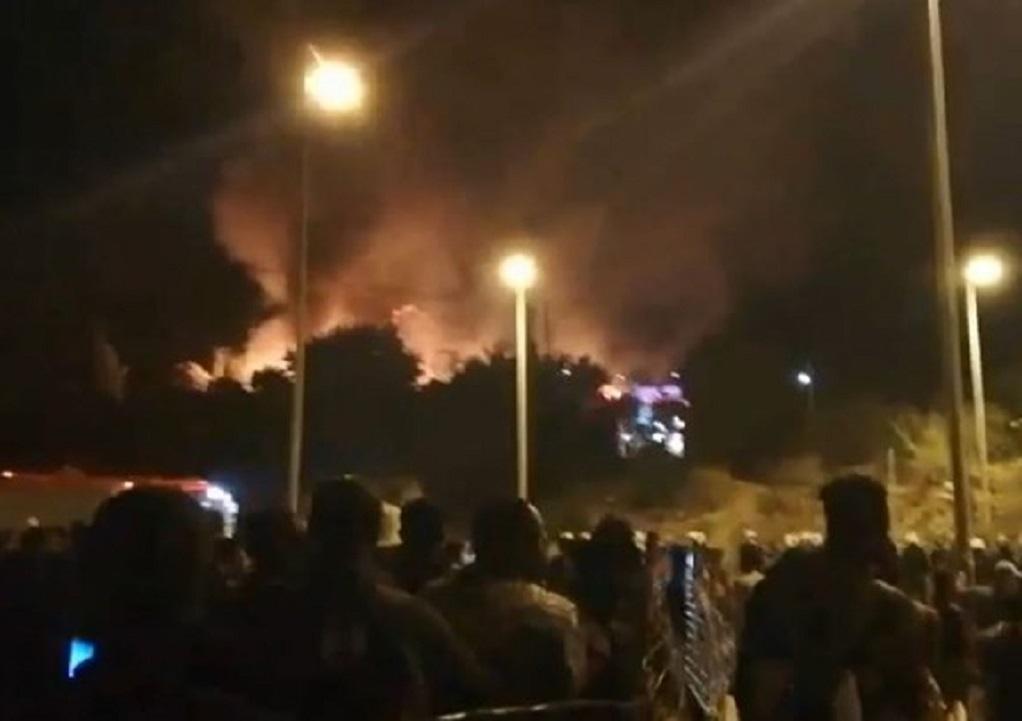 Φωτιά στο ΚΥΤ Σάμου: Πρόσφυγες και μετανάστες απομακρύνονται από το κέντρο (VIDEO)