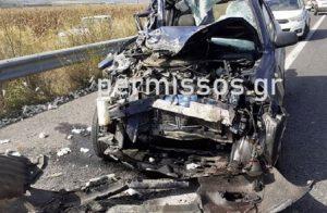 Αυτοκίνητο «καρφώθηκε» σε καρότσα τρακτέρ που κουβαλούσε βαμβάκι (ΦΩΤΟ)