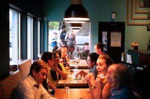 Οι άνθρωποι τείνουν να τρώνε περισσότερο όταν δειπνούν με φίλους ή με την οικογένειά τους