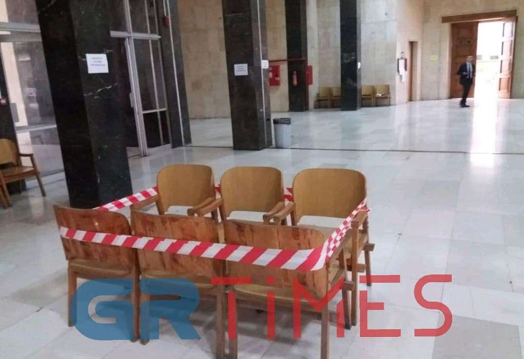 Σοβάδες και καρέκλες στα Δικαστήρια Θεσσαλονίκης (ΦΩΤΟ)