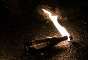 Τώρα-Νεαροί πέταξαν βόμβες μολότοφ στο ΑΤ Θερμαϊκού