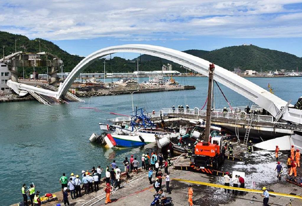 Ταϊβάν: Κατέρρευσε γέφυρα – Φόβοι για νεκρούς