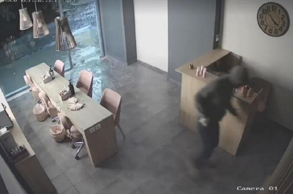 """Σπάει τη βιτρίνα, κλέβει το ταμείο και εξαφανίζεται σε 30"""" – Video ντοκουμέντο"""