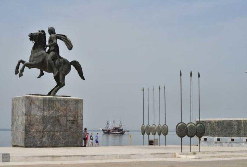 Θεσσαλονίκη: Στις φλόγες τουαλέτα δίπλα από το άγαλμα του Μεγ. Αλεξάνδρου (VIDEO)