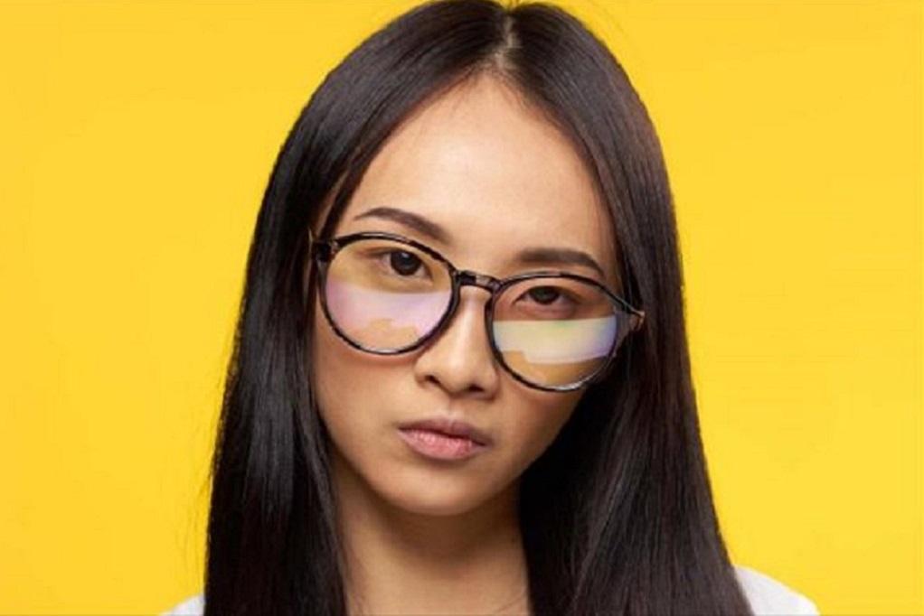 Όταν οι εταιρείες απαγορεύουν στις γυναίκες να φορούν… γυαλιά