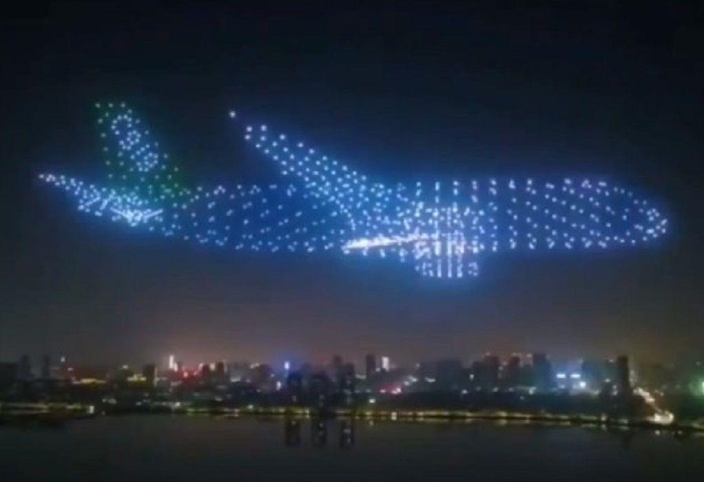 Εκατοντάδες συγχρονισμένα drones σχηματίζουν αεροπλάνα