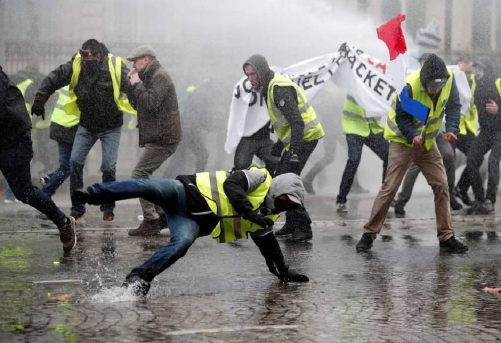 «Κίτρινα Γιλέκα» – Πάνω από 120 συλλήψεις στα επεισόδια