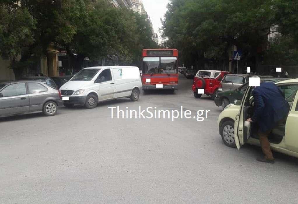 Θεσσαλονίκη – Λεωφορείο εγκλωβίστηκε σε σταθμευμένα οχήματα (ΦΩΤΟ)