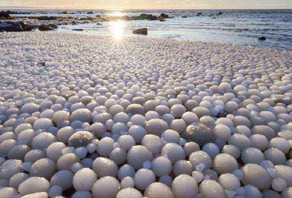 Τα μυστηριώδη «παγωμένα αυγά», που κάλυψαν παραλία της Φινλανδίας
