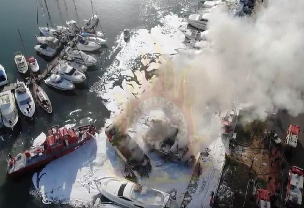 Μαρίνα Γλυφάδας: Η μάχη των πυροσβεστών με τα φλεγόμενα σκάφη (VIDEO)