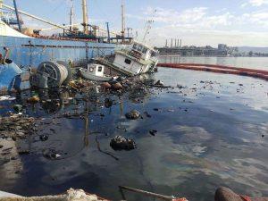 Ελευσίνα: Μισοβυθισμένο το ρυμουλκό που προκάλεσε θαλάσσια ρύπανση
