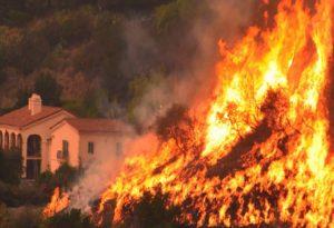 Εκκενώνεται η Σάντα Μπάρμπαρα λόγω πυρκαγιάς