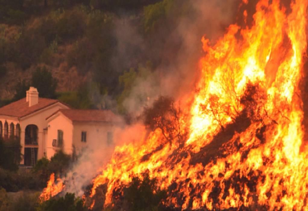 Καλιφόρνια: Πυρκαγιά «διώχνει» 8.000 κατοίκους από τα σπίτια τους