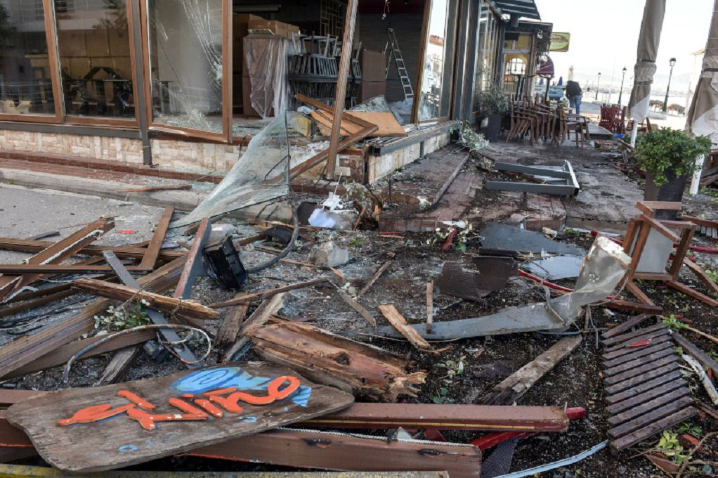 Λουτράκι – Αυτοκίνητο έκανε «τρελή» πορεία – Έπεσε πάνω σε καταστήματα