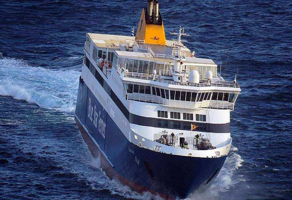 """Γέμισε νερά το """"Blue Star Naxos"""" με 132 επιβαίνοντες"""
