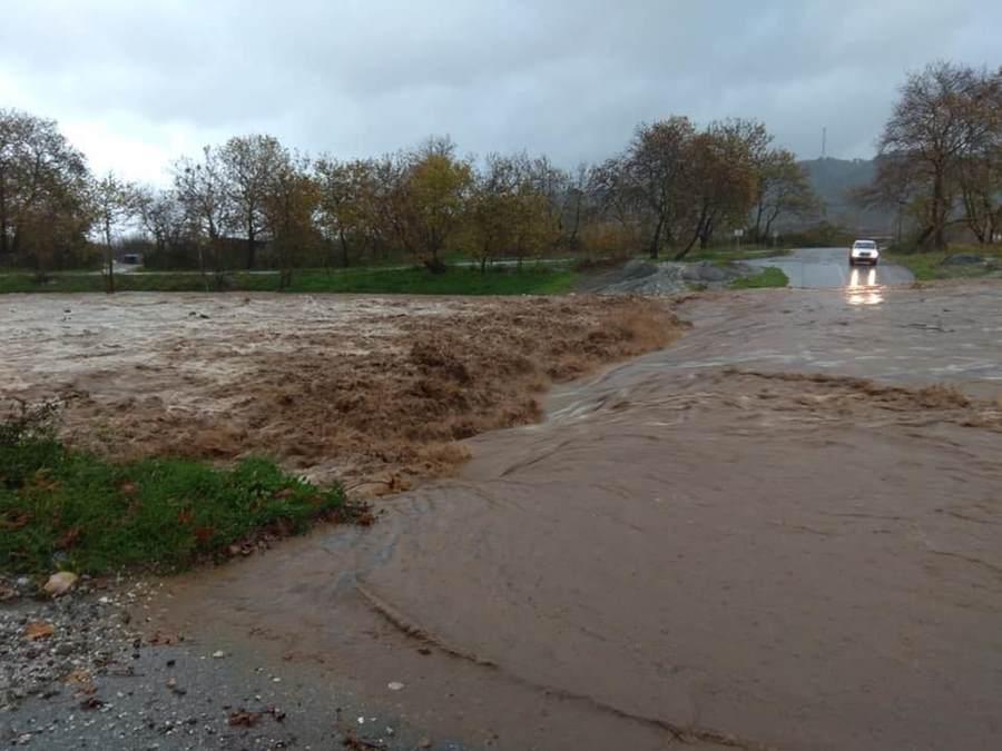 Πλημμύρες στην Ελασσόνα από την ισχυρή βροχόπτωση
