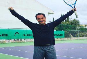 Ο Άδωνις Γεωργιάδης κέρδισε σε αγώνα τένις (ΦΩΤΟ)