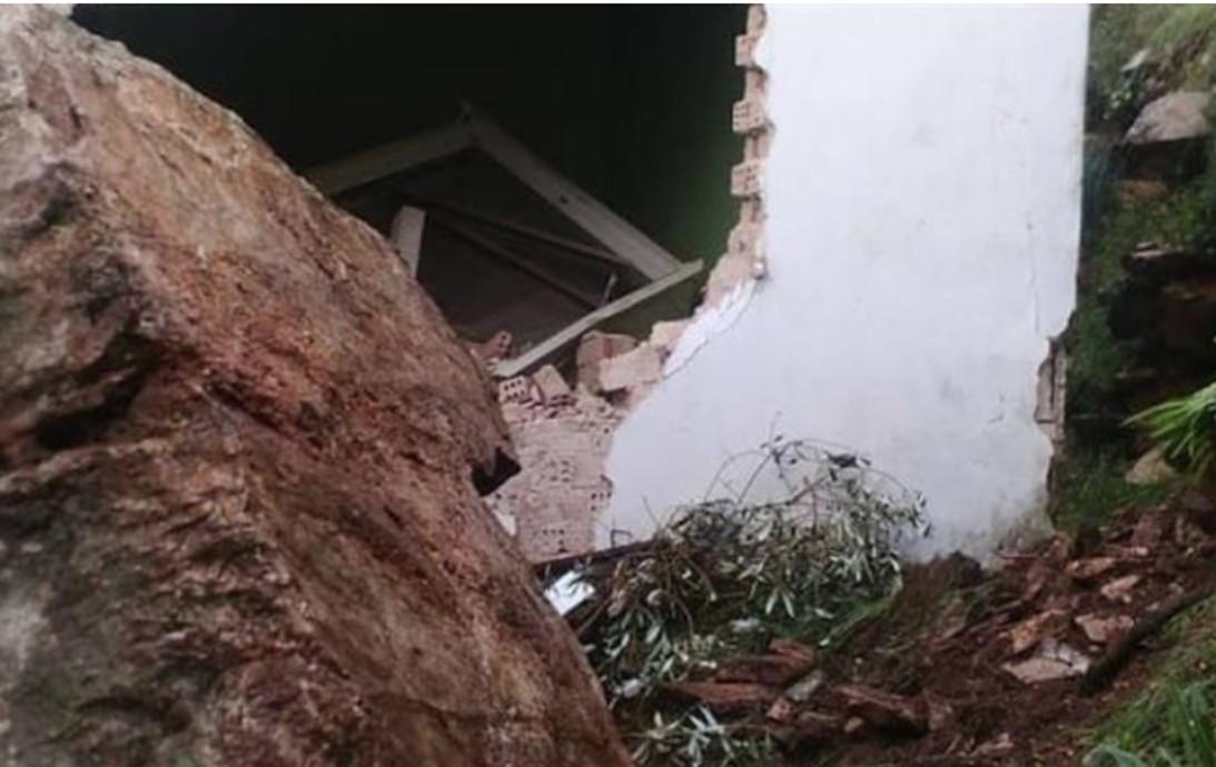 Άρτα: Βράχος κατέστρεψε σπίτι στο Γλυκόριζο
