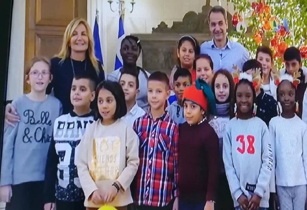 Μητσοτάκης: Στόλισε με τα παιδιά το δέντρο στο Μαξίμου (VIDEO)