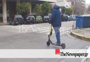 Ο Μπέος έκανε βόλτα με πατίνι μοιράζοντας ευχές (VIDEO)