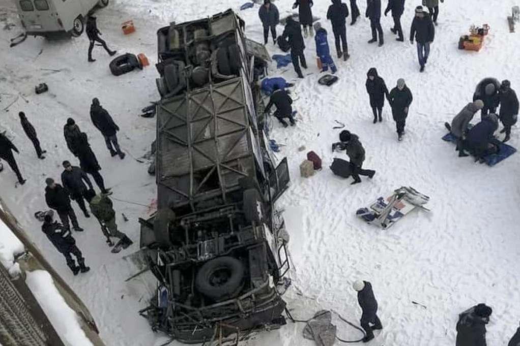 Ρωσία: 19 νεκροί από πτώση λεωφορείου σε ποταμό