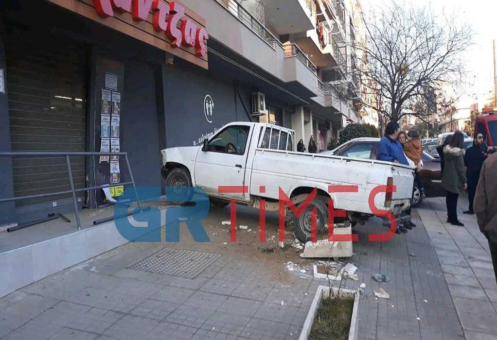 Θεσσαλονίκη: ΙΧ «καρφώθηκε» σε βιτρίνα (ΦΩΤΟ-VIDEO)