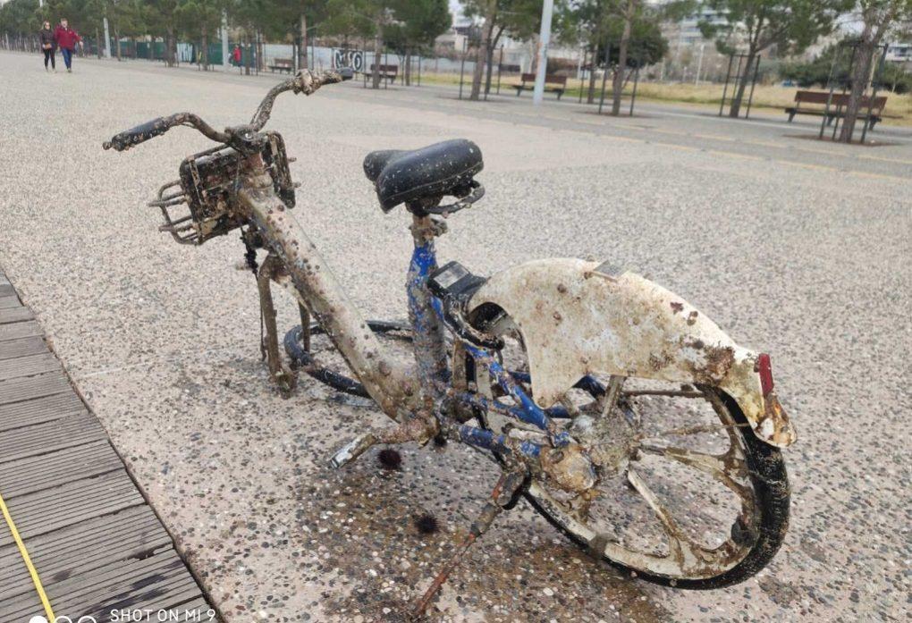 Από μοτοσυκλέτες, μέχρι και κάδος απορριμμάτων στο Θερμαϊκό