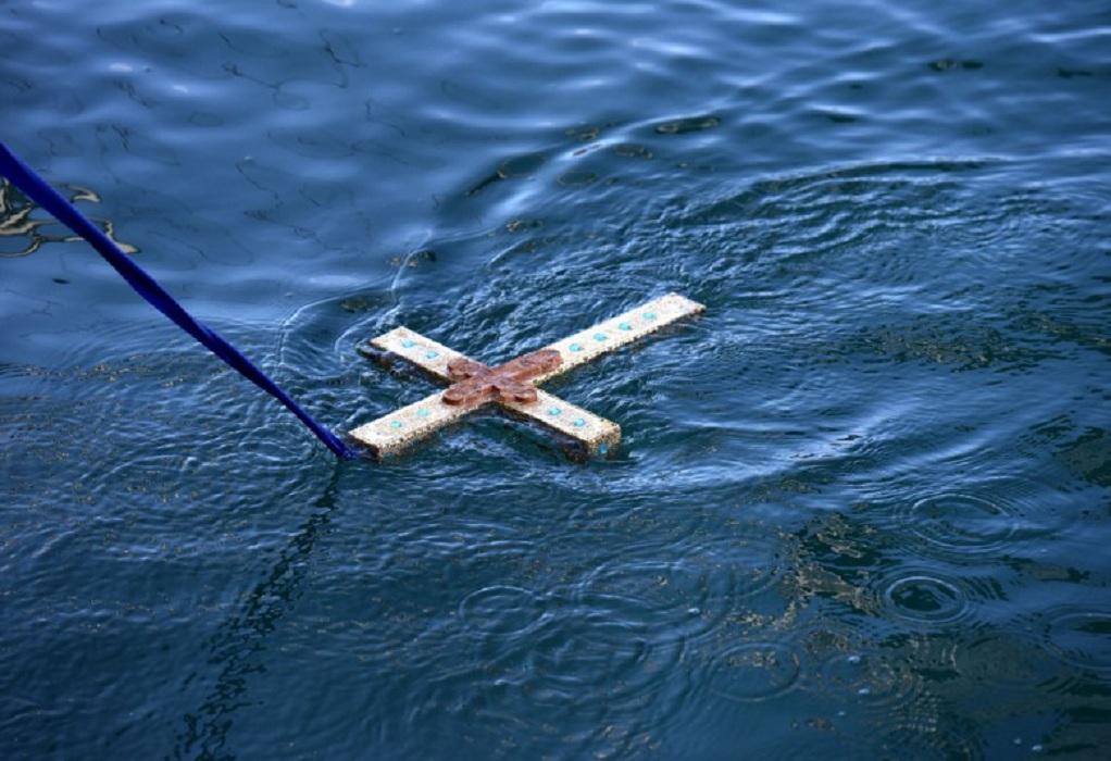 Ιερέας αγίασε μόνος του τα νερά στο Αντίρριο (VIDEO)