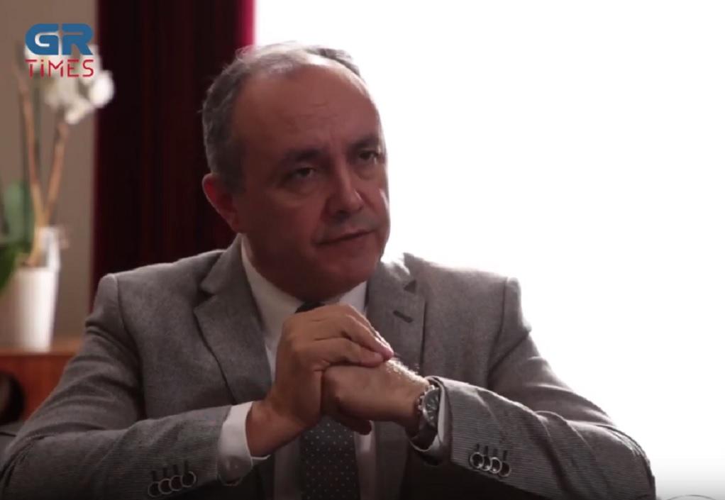 Θ. Καράογλου στο GrTimes: Ο Πρωθυπουργός μας έχει με το πιστόλι στον κρόταφο για την ΑΖΚ (video)