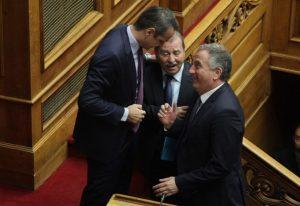 Τα χαμόγελα Μητσοτάκη – Καλαφάτη στη Βουλή