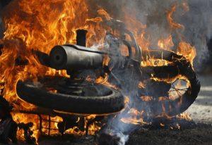 Κυψέλη: Πυρπόλησαν αυτοκίνητο και μοτοσυκλέτα