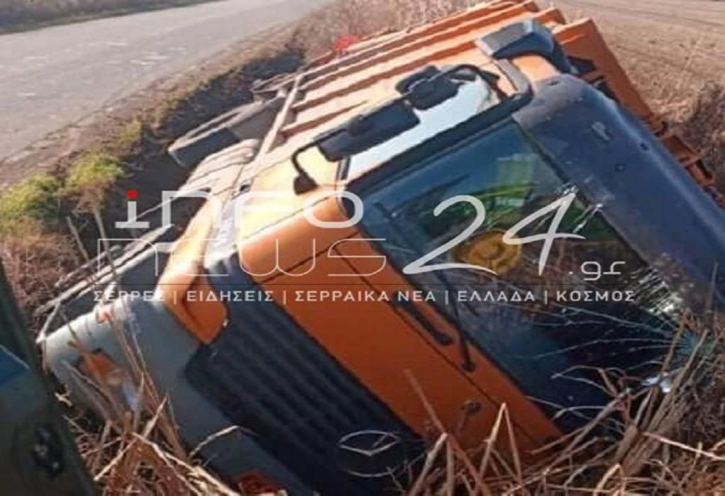 Σέρρες: Ανατροπή απορριμματοφόρου στην Κουμαριά