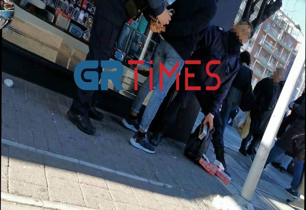 Θεσσαλονίκη: Τους έπιασαν στα «πράσα» να πουλάνε λαθραία τσιγάρα (VIDEO)