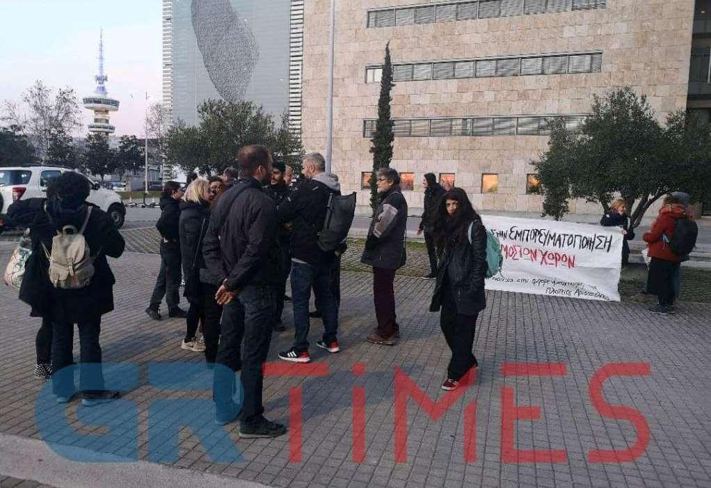 Διαμαρτυρία κατοίκων για το «χωριό» της Πλ. Δικαστηρίων